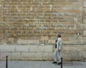 Leidenaren schenken Parijs een muurgedicht